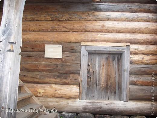 Здесь так красиво, что, когда я ещё была студенткой, мы ездили в Малые Корелы чуть ни каждые выходные. И зимой, и летом, и весной, и осенью. А эти фотографии сделаны почти 20 лет спустя... Северная погода непредсказуема, подвела маленько, по Музею деревянного зодчества побродили не так долго, как хотелось бы.  фото 19