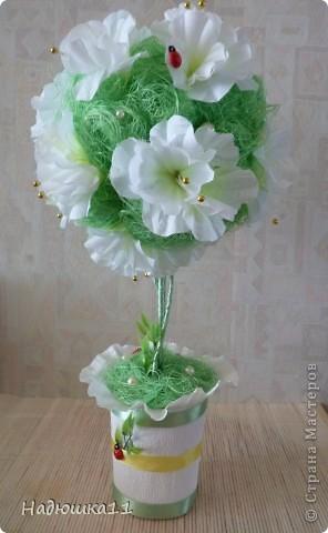 У меня всё ещё продолжается Весна! Чему я несказанно рада! Родилось вот такое бело-зелёненькое деревце из сизаля и искуственных цветочков. фото 1