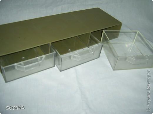 здравствуйте, Дорогие Мастерицы! вот есть такая коробочка пластмассовая. я думаю для специй. длинная (около 50см). что из нее сотворить посоветуйте? выбросить -то жа-а-алко!, а фантазия отказывает:(
