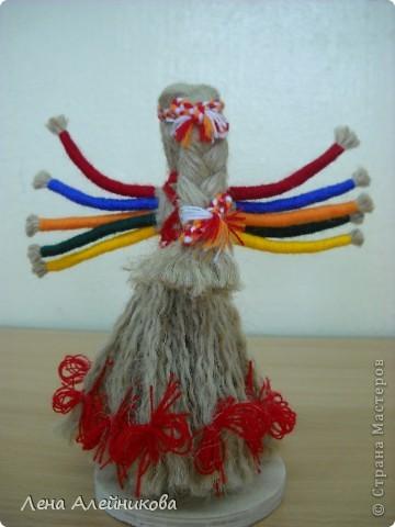 Кукла сделана из льняных и шерстяных ниток по мастер-классу Зои Пинигиной. фото 2