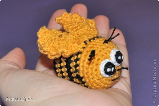 Началось всё с этой пчёлки. Вязала в подарок малышке Кристине, дочери подруги. Внутри футляр от киндера, в котором сахар насыпала.