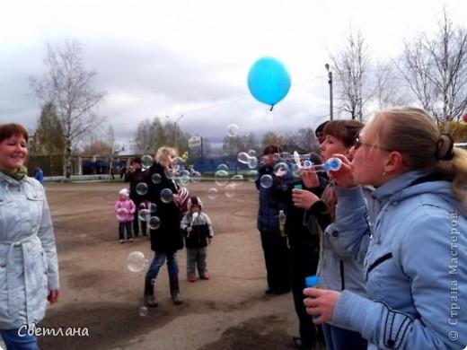 """1 мая у нас в поселке состоялся  праздник """"мыльных пузырей"""". Было очень весело и красиво :)  фото 2"""