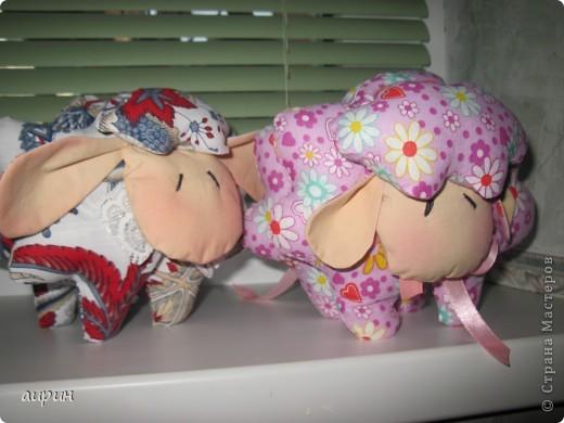 Доброго всем времени суток!!! Увидела эту овечку и так она мне понравилась.....Теперь и у меня есть!! Выкройка одна, набивала по разному.Для эксперимента.Поэтому розовая получилась - достойная. А как получилось - судить Вам, уважаемые мастерицы!!!! фото 1