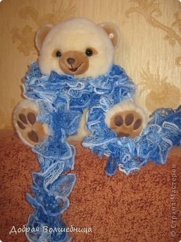 Увидев в Стране мастеров очаровательные шарфики из ленточной пряжи, я побежала в магазин. Но обойдя знакомые мне магазины ничего не нашла. И вдруг, о чудо, в не профильном отделе стоит продавец и вяжет шарфик, а витрина забита ленточной пряжей. С первым шарфиком я не много помучилась, пока поняла, что к чему. Второй уже пошел на ура.  фото 1