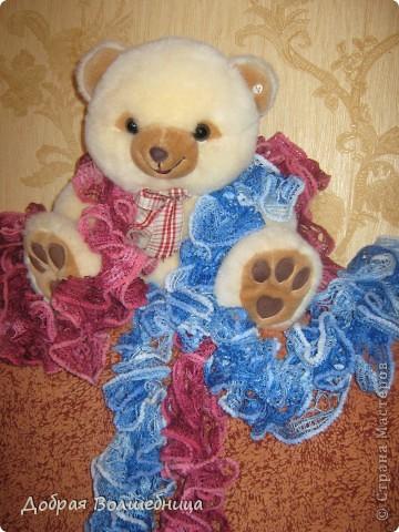 Увидев в Стране мастеров очаровательные шарфики из ленточной пряжи, я побежала в магазин. Но обойдя знакомые мне магазины ничего не нашла. И вдруг, о чудо, в не профильном отделе стоит продавец и вяжет шарфик, а витрина забита ленточной пряжей. С первым шарфиком я не много помучилась, пока поняла, что к чему. Второй уже пошел на ура.  фото 3
