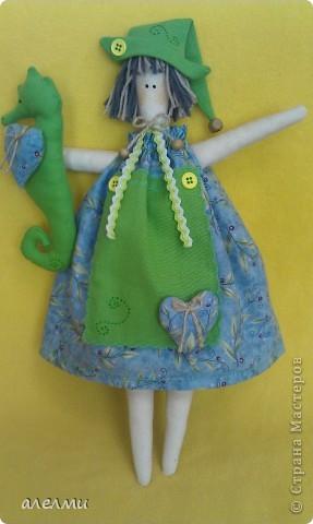 """Вот такое странное сочетание цветов! Почему конёк зелёный не знаю!  По расцветке логичнее было бы дать ей в руки букет и назвать её """"Девочка весна""""  Ну а мне привиделся конёк. О сделанном не жалею! Девчушку полюбила!  А теперь чуточку фоток!  фото 1"""