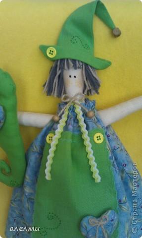 """Вот такое странное сочетание цветов! Почему конёк зелёный не знаю!  По расцветке логичнее было бы дать ей в руки букет и назвать её """"Девочка весна""""  Ну а мне привиделся конёк. О сделанном не жалею! Девчушку полюбила!  А теперь чуточку фоток!  фото 3"""