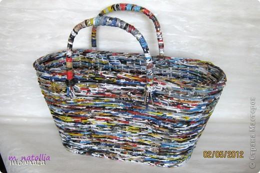 Всем привет! Это моя первая корзинка! Сделана из журнальных трубочек, покрытых лаком. Размер донышка 11:33, высота 23см. фото 1