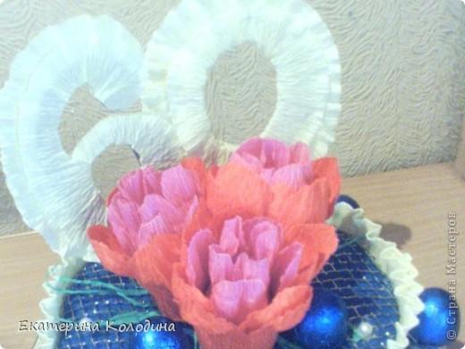 все выполнено из гофриров.бумаги,лент,картон,пеноплекс,сеточка флористическая(честно незнаю как называется)...и там мелочи фото 2