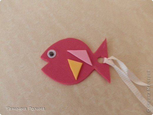 Здравствуйте!!! Вот такую сову и рыбку хочу вам показать. (картинку такой совы нашла в интернете). Сделали мы ее  с  моей  маленькой подружкой   из  флексики. Флексика это листы из вспененной бумаги или резины, они продаются в наборах. Этот материал ярких цветов, мягкий на ощупь и в силу своей небольшой толщины, придающий поделке объем. Про флексику можно посмотреть здесь http://www.liveinternet.ru/tags/%F4%EB%E5%EA%F1%E8%EA%E0/ Эту поделку можно сделать из яркого КАРТОНА, объем  ей  придаст  двусторонний  скотч. Можно  использовать  в работе и  клей  ПВА, но для  ребенка легче пользоваться  скотчем, да и быстрее  виден  результат.  фото 3