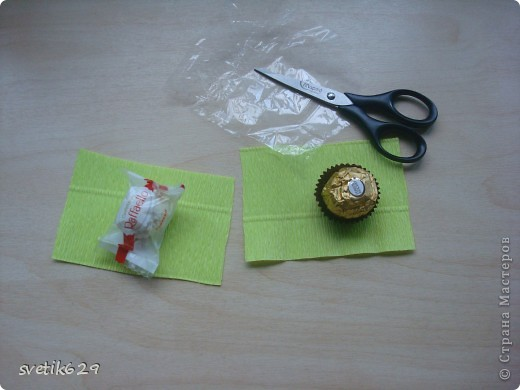 Доброго время суток. По просьбе Надежды сделала МК как я прячу конфеты в розах ,что их не видно ,но при этом можно достать не нарушая розы)  Покажу на примере 2-х видов конфет) фото 1