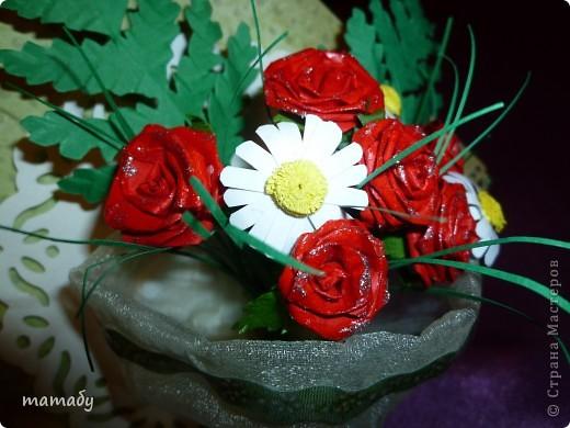 """У коллеги по работе случился... День Рождения! Вот я и решила сделать поздравительную открыточку... Сразу определенной идеи не было, потом по цветочку, по цветочку... и собрался букетик, потом он """"упаковался"""", а затем и """"озеленился""""... Вот так всё и вышло :)) фото 3"""