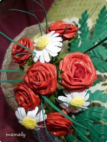 """У коллеги по работе случился... День Рождения! Вот я и решила сделать поздравительную открыточку... Сразу определенной идеи не было, потом по цветочку, по цветочку... и собрался букетик, потом он """"упаковался"""", а затем и """"озеленился""""... Вот так всё и вышло :)) фото 5"""