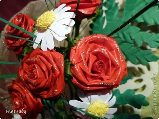 """У коллеги по работе случился... День Рождения! Вот я и решила сделать поздравительную открыточку... Сразу определенной идеи не было, потом по цветочку, по цветочку... и собрался букетик, потом он """"упаковался"""", а затем и """"озеленился""""... Вот так всё и вышло :)) фото 6"""