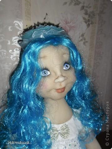 Здравствуйте, уважаемые мастерицы!!! Совершенно незапланированно появилась ещё одна девочка, увидела на рынке замечательный парик и не смогла пройти мимо. фото 3