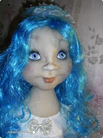 Здравствуйте, уважаемые мастерицы!!! Совершенно незапланированно появилась ещё одна девочка, увидела на рынке замечательный парик и не смогла пройти мимо. фото 6