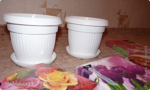 Наступило время пересаживать домашние цветы. В наличие были простые белые пластмассовые горшки, решила и я попробовать декупаж. Ошибок куча, недочетов ещё больше.... фото 2