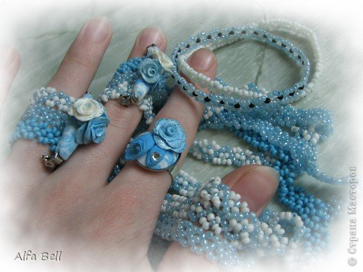 Бело-голубой комплект: - 3 ожерелья из бисера (делала мать моего парня) - 2 фенечки (я делала ещё лет в 13) - 2 заколки (идея чтобы сохранить расположения ожерелья) - кольцо. материалы: - масса для лепки http://orange-elephant.ru/product - стразы - лак для ногтей - бисер фото 1