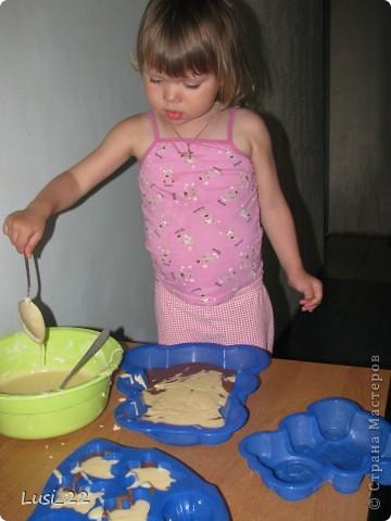 С самого утра мне чего-то хотелось, чего-то вкусненького. И вот, под вечер я наконец надумала. Первым делом принялась за приготовление солёного тортика, и параллельно смешивала продукты в комбайне для кексов. фото 8