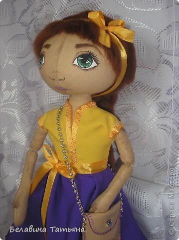 Куколка в таком платье, подол расшит блестящими пайетками, через плечо она повесила сумочку.... фото 2