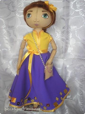 Куколка в таком платье, подол расшит блестящими пайетками, через плечо она повесила сумочку.... фото 1