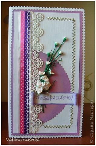 Здравствуйте! Вот еще одна открыточка смастерилась. Здесь дочка моя пятилетняя много помогала: лепила цветочки, вырезала для них зелень, вырезала прямоугольники из бумаги, раскрашивала тенями (тонировала), помогала вышивать. Вот что у нас получилось. Эта открытка пойдет маминой сотруднице к юбилею.  фото 1