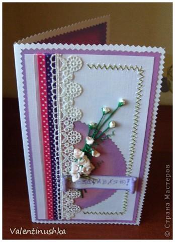 Здравствуйте! Вот еще одна открыточка смастерилась. Здесь дочка моя пятилетняя много помогала: лепила цветочки, вырезала для них зелень, вырезала прямоугольники из бумаги, раскрашивала тенями (тонировала), помогала вышивать. Вот что у нас получилось. Эта открытка пойдет маминой сотруднице к юбилею.  фото 2