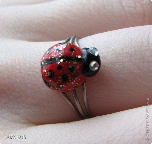 Бело-голубой комплект: - 3 ожерелья из бисера (делала мать моего парня) - 2 фенечки (я делала ещё лет в 13) - 2 заколки (идея чтобы сохранить расположения ожерелья) - кольцо. материалы: - масса для лепки http://orange-elephant.ru/product - стразы - лак для ногтей - бисер фото 3