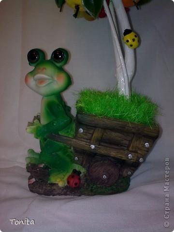 Ура!!! И у меня сказочное деревце выросло. Вот лягушка как раз идет его сажать. Мне оно понравилось. Очень надеюсь, что и Вам понравится тоже. фото 3