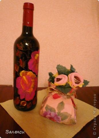 Это в подарок девушке, на день рождения...Бутылочка вина, и сапожок с ее любимыми конфетками, правда, цветы получились, какие-то не реальные, таких в природе не бывает.За идею и МК сапожка, огррромное человеческое спасибо  likme прямо палочка-выручалочка, для упаковки подарочков, когда совсем некогда фото 1