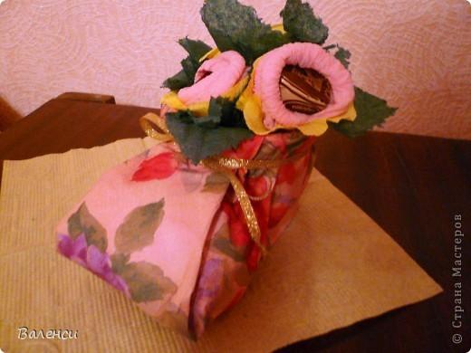 Это в подарок девушке, на день рождения...Бутылочка вина, и сапожок с ее любимыми конфетками, правда, цветы получились, какие-то не реальные, таких в природе не бывает.За идею и МК сапожка, огррромное человеческое спасибо  likme прямо палочка-выручалочка, для упаковки подарочков, когда совсем некогда фото 2