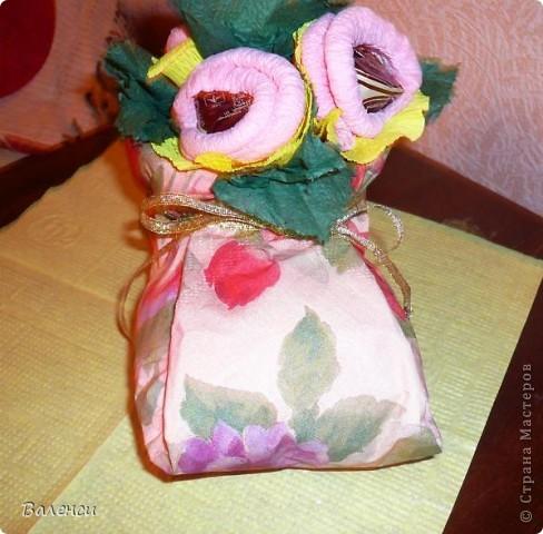 Это в подарок девушке, на день рождения...Бутылочка вина, и сапожок с ее любимыми конфетками, правда, цветы получились, какие-то не реальные, таких в природе не бывает.За идею и МК сапожка, огррромное человеческое спасибо  likme прямо палочка-выручалочка, для упаковки подарочков, когда совсем некогда фото 4