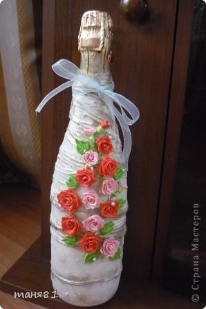 Сегодня у меня подарок ко дню рождения сестры. Нужно было очень срочно сделать бутылочку, поэтому пришлось цветочки накрутить из бумаги. фото 2