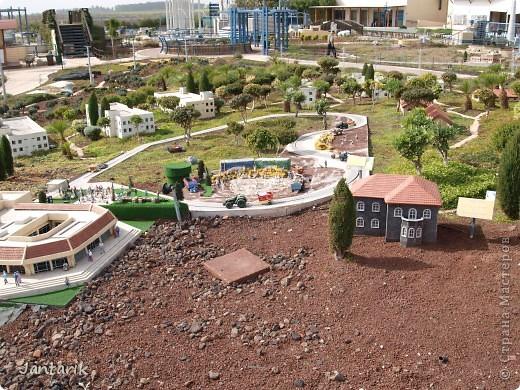 Добро пожаловать в Мини-Исраэль-Израиль в миниатюре. Это парк ,где представлены 350 моделей строений и достопримечательностей Святой Земли, выполненные в масштабе 1:25 являются точной копией реальных сооружений. В числе моделей - святыни и археологические достопримечательности, современные строения, пейзажи и ландшафты Израиля, стадионы, театры и национальные памятники.  Здесь можно совершить прогулку по всей нашей стране.Поехали мы туда с моими друзьями из Литвы. На входе стоит такой стенд,где мы с подругой решили себя увековечить(написано Мини Исраэль на иврите). фото 3
