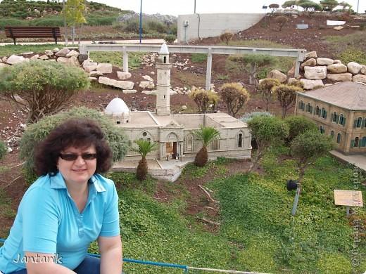 Добро пожаловать в Мини-Исраэль-Израиль в миниатюре. Это парк ,где представлены 350 моделей строений и достопримечательностей Святой Земли, выполненные в масштабе 1:25 являются точной копией реальных сооружений. В числе моделей - святыни и археологические достопримечательности, современные строения, пейзажи и ландшафты Израиля, стадионы, театры и национальные памятники.  Здесь можно совершить прогулку по всей нашей стране.Поехали мы туда с моими друзьями из Литвы. На входе стоит такой стенд,где мы с подругой решили себя увековечить(написано Мини Исраэль на иврите). фото 5