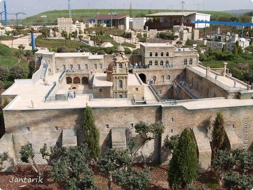 Добро пожаловать в Мини-Исраэль-Израиль в миниатюре. Это парк ,где представлены 350 моделей строений и достопримечательностей Святой Земли, выполненные в масштабе 1:25 являются точной копией реальных сооружений. В числе моделей - святыни и археологические достопримечательности, современные строения, пейзажи и ландшафты Израиля, стадионы, театры и национальные памятники.  Здесь можно совершить прогулку по всей нашей стране.Поехали мы туда с моими друзьями из Литвы. На входе стоит такой стенд,где мы с подругой решили себя увековечить(написано Мини Исраэль на иврите). фото 12