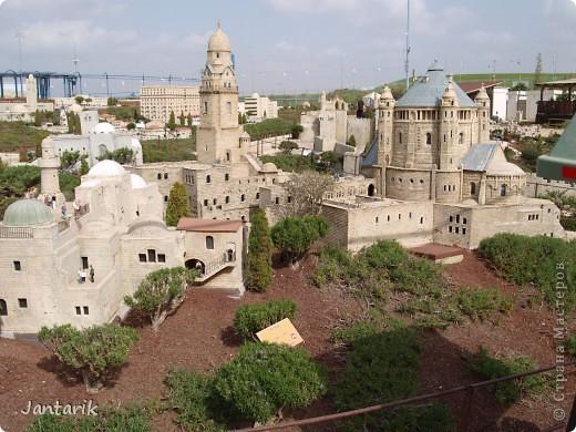 Добро пожаловать в Мини-Исраэль-Израиль в миниатюре. Это парк ,где представлены 350 моделей строений и достопримечательностей Святой Земли, выполненные в масштабе 1:25 являются точной копией реальных сооружений. В числе моделей - святыни и археологические достопримечательности, современные строения, пейзажи и ландшафты Израиля, стадионы, театры и национальные памятники.  Здесь можно совершить прогулку по всей нашей стране.Поехали мы туда с моими друзьями из Литвы. На входе стоит такой стенд,где мы с подругой решили себя увековечить(написано Мини Исраэль на иврите). фото 13