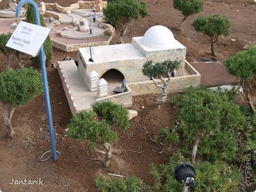 Добро пожаловать в Мини-Исраэль-Израиль в миниатюре. Это парк ,где представлены 350 моделей строений и достопримечательностей Святой Земли, выполненные в масштабе 1:25 являются точной копией реальных сооружений. В числе моделей - святыни и археологические достопримечательности, современные строения, пейзажи и ландшафты Израиля, стадионы, театры и национальные памятники.  Здесь можно совершить прогулку по всей нашей стране.Поехали мы туда с моими друзьями из Литвы. На входе стоит такой стенд,где мы с подругой решили себя увековечить(написано Мини Исраэль на иврите). фото 16