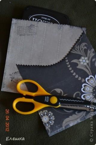 Попросила меня как то одна фотограф сделать ей сертификатов, но что бы красиво и не дорого, вот к чему мы пришли в итоге) Нам понадобится: 1. заготовки для конверта размером 15*15 - 2 шт. 2. заготовка с распечатанным текстом размером 13,5*13,5 2. подушки штемпельные (подходящих цветов) 3. фигурные ножницы (можно использовать фигурный дырокол) 4. акриловый блок и прозрачные штампы 5. шелковая лента 5. наклейки с русским алфавитом и красивыми кружевами фото 2