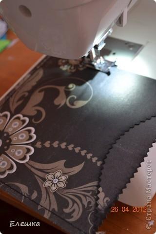 Попросила меня как то одна фотограф сделать ей сертификатов, но что бы красиво и не дорого, вот к чему мы пришли в итоге) Нам понадобится: 1. заготовки для конверта размером 15*15 - 2 шт. 2. заготовка с распечатанным текстом размером 13,5*13,5 2. подушки штемпельные (подходящих цветов) 3. фигурные ножницы (можно использовать фигурный дырокол) 4. акриловый блок и прозрачные штампы 5. шелковая лента 5. наклейки с русским алфавитом и красивыми кружевами фото 3