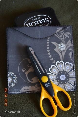Попросила меня как то одна фотограф сделать ей сертификатов, но что бы красиво и не дорого, вот к чему мы пришли в итоге) Нам понадобится: 1. заготовки для конверта размером 15*15 - 2 шт. 2. заготовка с распечатанным текстом размером 13,5*13,5 2. подушки штемпельные (подходящих цветов) 3. фигурные ножницы (можно использовать фигурный дырокол) 4. акриловый блок и прозрачные штампы 5. шелковая лента 5. наклейки с русским алфавитом и красивыми кружевами фото 4