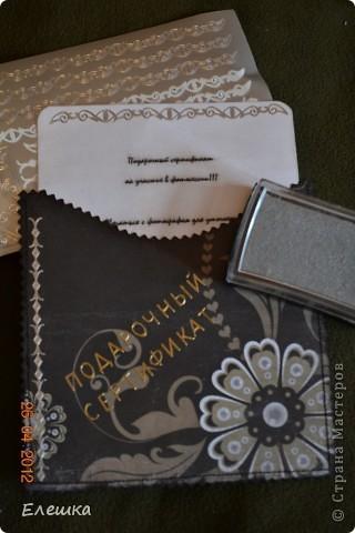 Попросила меня как то одна фотограф сделать ей сертификатов, но что бы красиво и не дорого, вот к чему мы пришли в итоге) Нам понадобится: 1. заготовки для конверта размером 15*15 - 2 шт. 2. заготовка с распечатанным текстом размером 13,5*13,5 2. подушки штемпельные (подходящих цветов) 3. фигурные ножницы (можно использовать фигурный дырокол) 4. акриловый блок и прозрачные штампы 5. шелковая лента 5. наклейки с русским алфавитом и красивыми кружевами фото 6