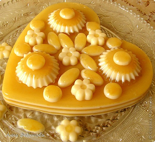 Слоёный желейный тортик с необычным, нежным вкусом! Да ещё и витаминный! Белое желе – ряженково-лимонное, оранжевое – яблочно-облепиховое. фото 1
