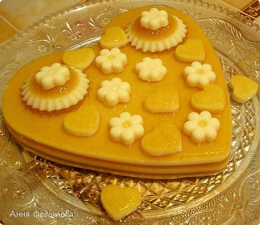 Слоёный желейный тортик с необычным, нежным вкусом! Да ещё и витаминный! Белое желе – ряженково-лимонное, оранжевое – яблочно-облепиховое. фото 9