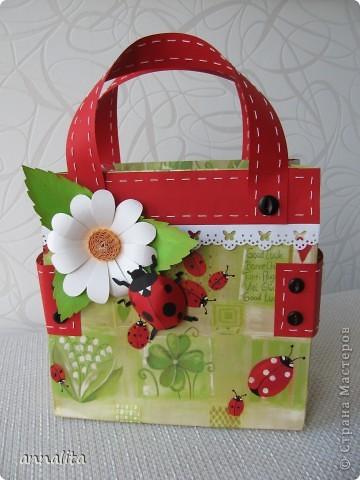 Вдохновившись сумочками от  _Nikolka_ http://stranamasterov.ru/node/353865, решила сделать сумочку для трехлетней девочки, чтобы положить туда непосредственно подарок. Как оказалось, красивой бумаги у меня не нашлось и я решила использовать в качестве основы готовый подарочный пакет. Благо такого добра у меня полно.  фото 1
