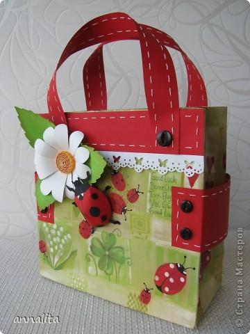 Вдохновившись сумочками от  _Nikolka_ http://stranamasterov.ru/node/353865, решила сделать сумочку для трехлетней девочки, чтобы положить туда непосредственно подарок. Как оказалось, красивой бумаги у меня не нашлось и я решила использовать в качестве основы готовый подарочный пакет. Благо такого добра у меня полно.  фото 2