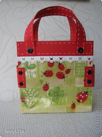 Вдохновившись сумочками от  _Nikolka_ http://stranamasterov.ru/node/353865, решила сделать сумочку для трехлетней девочки, чтобы положить туда непосредственно подарок. Как оказалось, красивой бумаги у меня не нашлось и я решила использовать в качестве основы готовый подарочный пакет. Благо такого добра у меня полно.  фото 4