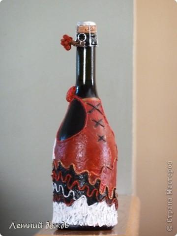 Вот такую бутылочку  подарила знакомой на юбилей,как дополнение к основному подарку. Техника пейп-арт от автора http://stranamasterov.ru/node/308701 . Спасибо ей большое!Вид спереди. Бюст сделан из двух ракушек. фото 2