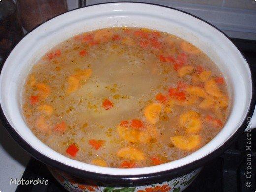 """На сайте нашла всего пару рецептов подобного """"ленивого""""супа, и делаю я немного по-своему его, поэтому предлагаю мой вариант=) Для его приготовления нужны: - картошка - морковь - сладкий перец - рыбная консерва в масле - соль и специи  Иногда я добавляю вермишель или рисовую вермишель, но чаще хочется вот такого, немучного супчика=) Думаю, по желанию можно добавить и лука, и зелень, но я люблю вот так фото 5"""