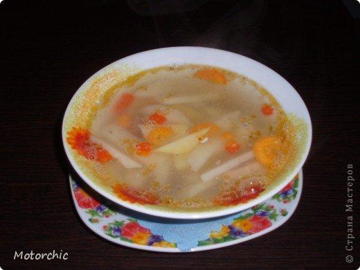 """На сайте нашла всего пару рецептов подобного """"ленивого""""супа, и делаю я немного по-своему его, поэтому предлагаю мой вариант=) Для его приготовления нужны: - картошка - морковь - сладкий перец - рыбная консерва в масле - соль и специи  Иногда я добавляю вермишель или рисовую вермишель, но чаще хочется вот такого, немучного супчика=) Думаю, по желанию можно добавить и лука, и зелень, но я люблю вот так фото 1"""